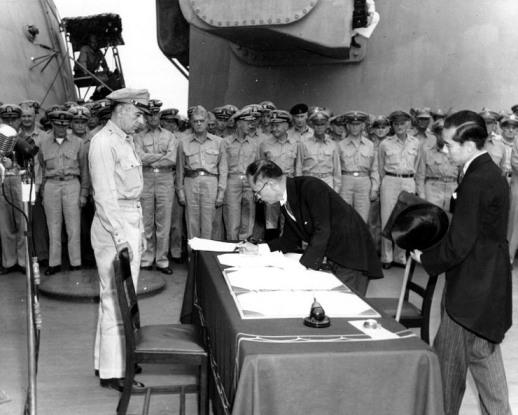 La firma del documento de rendición por el Ministro de Exteriores Mamoru Shigemitsu