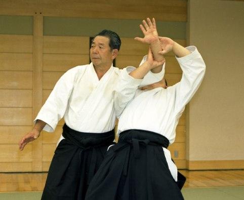 El maestro Morihiro Saito enseñando una defensa contra agarre del antebrazo